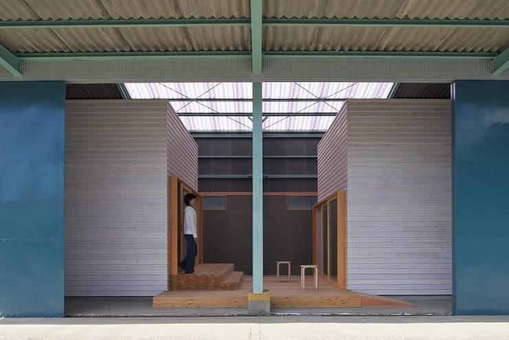 既存倉庫と新しいヴォリューム: アトリエセッテン一級建築士事務所が手掛けたオフィススペース&店です。,モダン