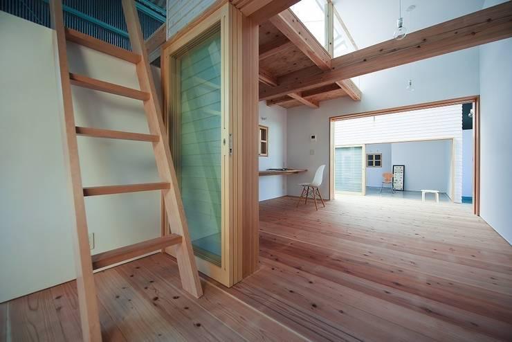 箱のつながり: アトリエセッテン一級建築士事務所が手掛けたオフィススペース&店です。,モダン