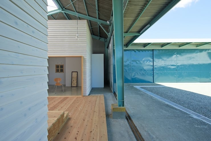 既存倉庫と箱の関係: アトリエセッテン一級建築士事務所が手掛けたオフィススペース&店です。,モダン