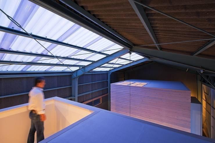 箱の関係を上部から: アトリエセッテン一級建築士事務所が手掛けたオフィススペース&店です。,モダン