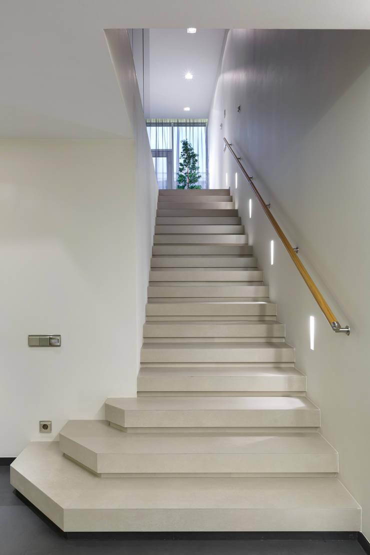 Лестница. Облицовка керамогранит.: Коридор и прихожая в . Автор – (DZ)M Интеллектуальный Дизайн