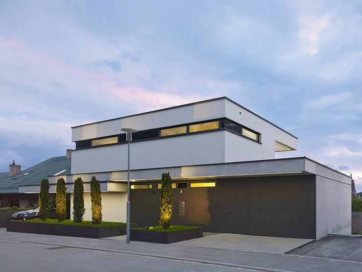 HAUS IN WEIL DER STADT:  Häuser von AMP Architekten