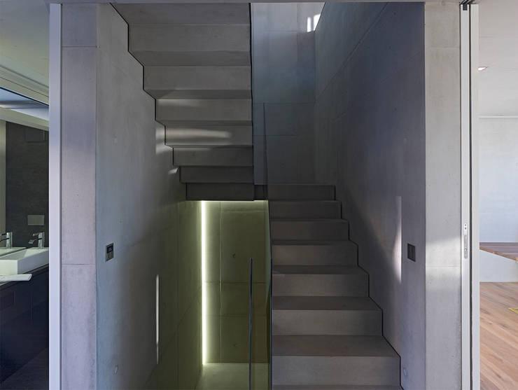 HAUS IN WEIL DER STADT:  Flur & Diele von AMP Architekten