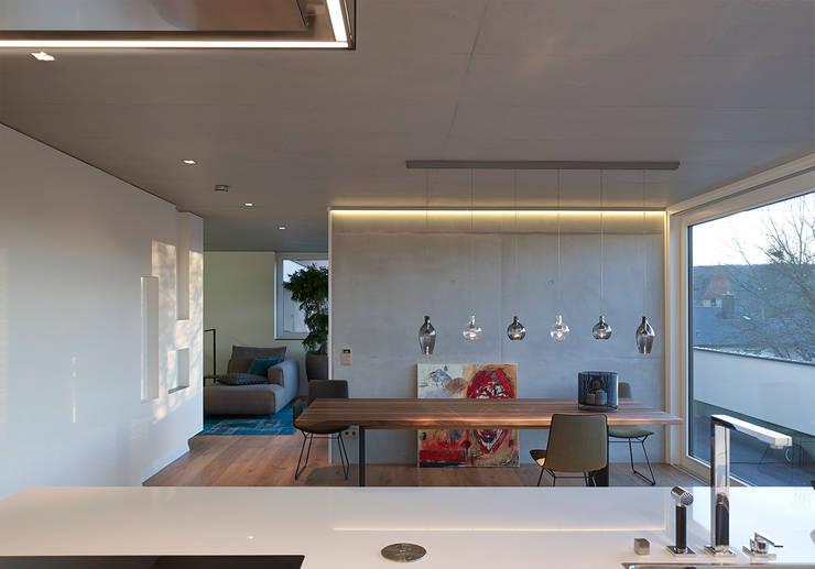 HAUS IN WEIL DER STADT:  Esszimmer von AMP Architekten
