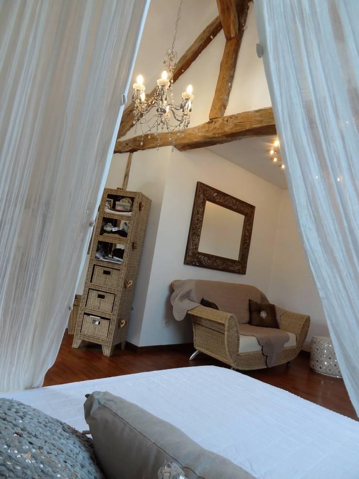 DÉCORATION D'UNE CHAMBRE DANS FERME RÉNOVÉE EN SAVOIE :  Bedroom by Pepper Butter, Eclectic
