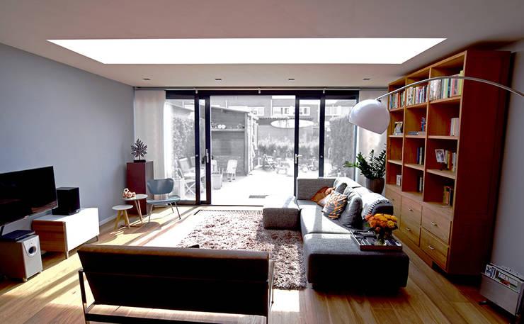 Uitbouw met daklicht:  Woonkamer door Lumen Architectuur