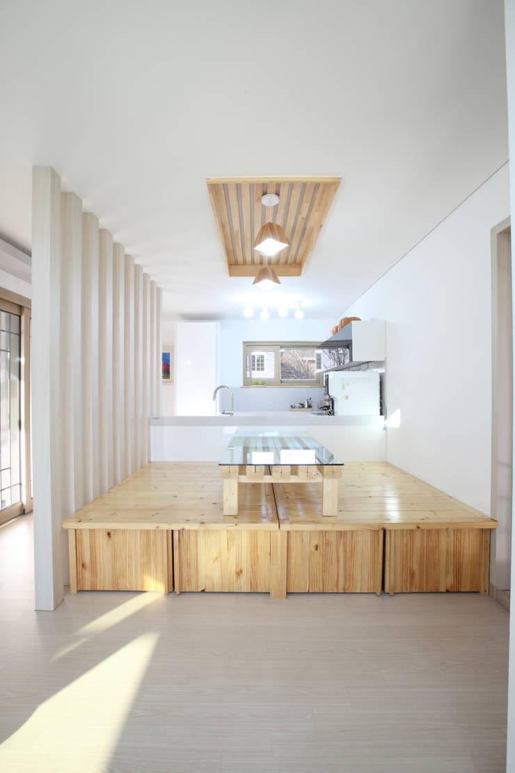 좌식평상이 있는 주방응접실: 주택설계전문 디자인그룹 홈스타일토토의  다이닝 룸,모던