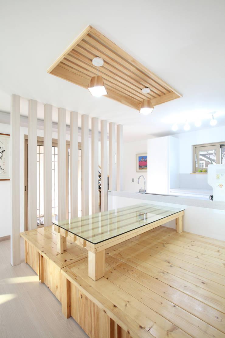 평상딸린 응접실과 마주한 주방: 주택설계전문 디자인그룹 홈스타일토토의  주방,모던