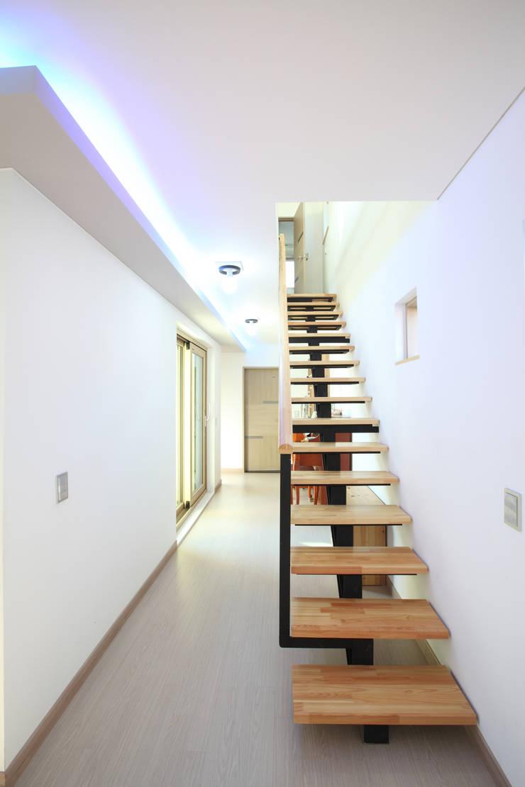 1자로 올라가는 심플한 계단: 주택설계전문 디자인그룹 홈스타일토토의  복도 & 현관,모던