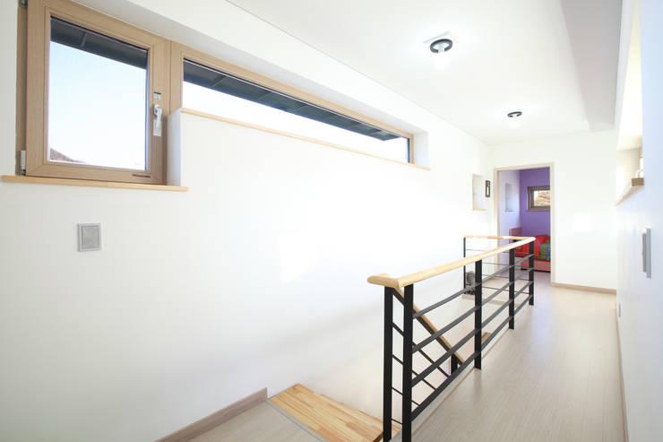2층의 복도: 주택설계전문 디자인그룹 홈스타일토토의  복도 & 현관,모던