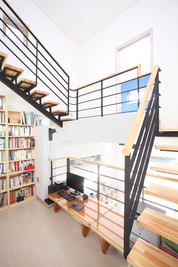 여러개층을 연결해주는 계단: 주택설계전문 디자인그룹 홈스타일토토의  복도 & 현관,모던