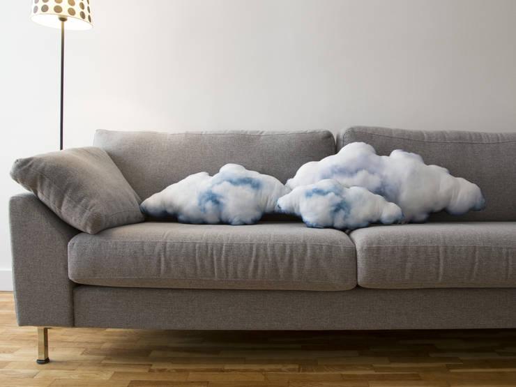 Les coussins nuage de iZe: Salon de style de style eclectique par iZe