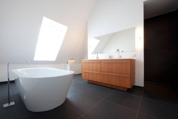 Badezimmer und mehr:  Badezimmer von Koschany + Zimmer Architekten KZA