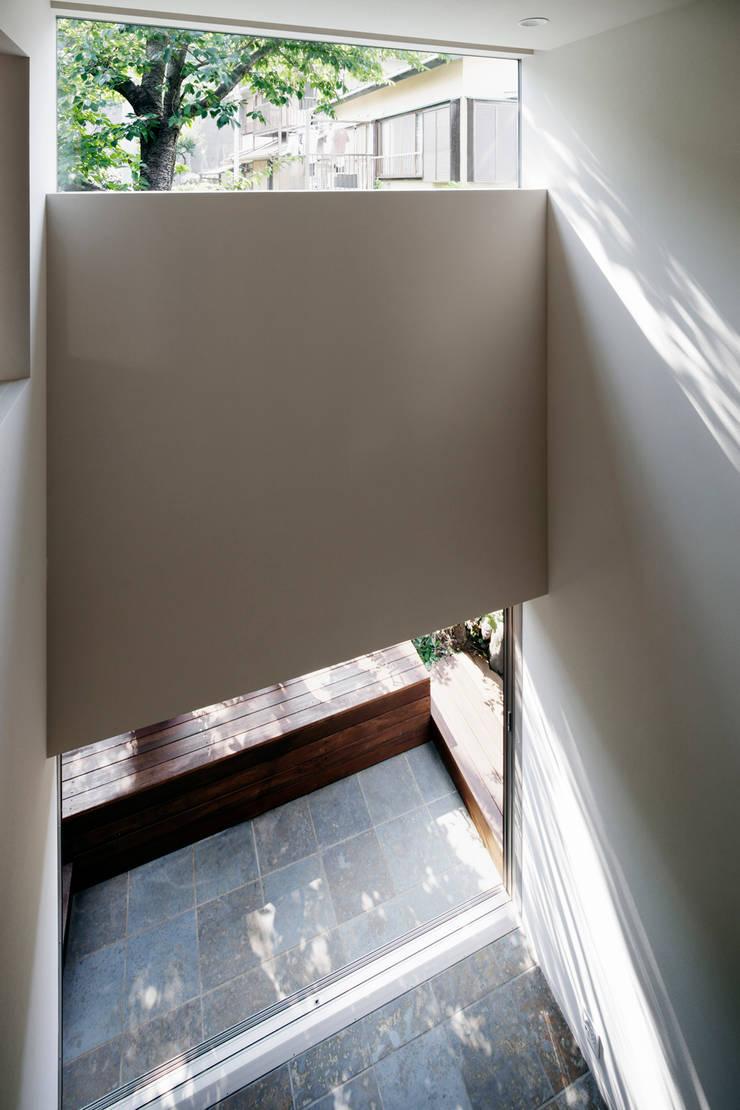 吹抜け: 松岡淳建築設計事務所が手掛けた窓です。