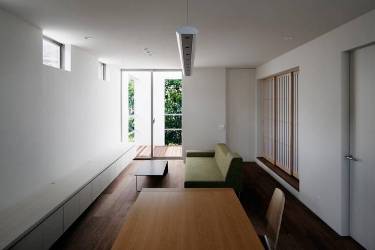 キッチンからリビングを見る: 松岡淳建築設計事務所が手掛けたリビングです。