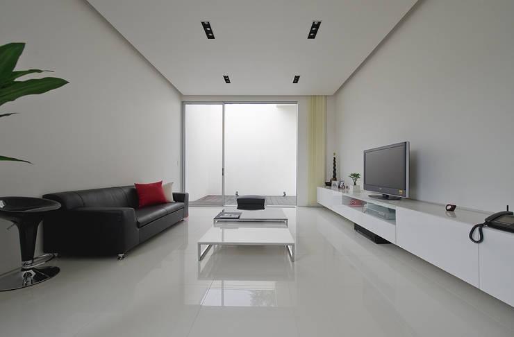 Moderne Wohnzimmer von 株式会社コウド一級建築士事務所 Modern