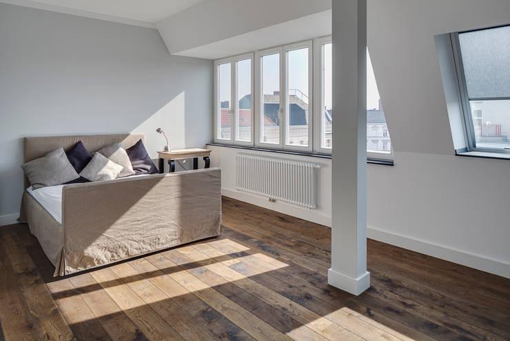 Lichtdurchflutetes Schlafzimmer:  Schlafzimmer von 16elements GmbH