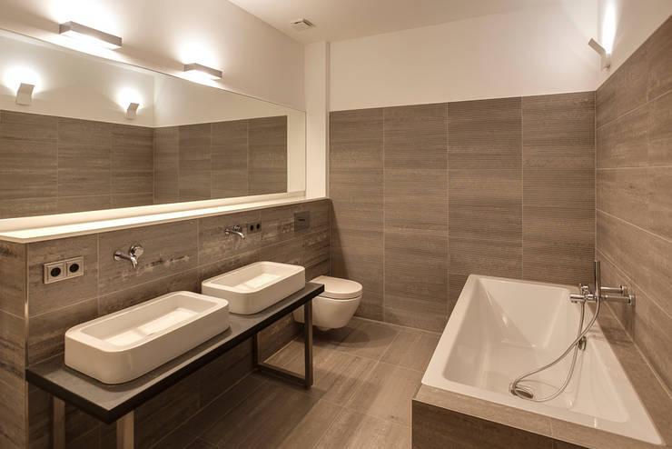 Puristisches Bad: moderne Badezimmer von 16elements GmbH