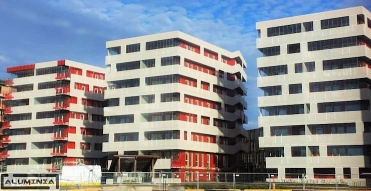 Edificios completos con cerramientos cortina de cristal Serie Parking: Casas de estilo  de Aluminia Sistemas y Accesorios S.L.