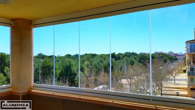 Cortina de cristal serie Lisa de Aluminia: Casas de estilo  de Aluminia Sistemas y Accesorios S.L.