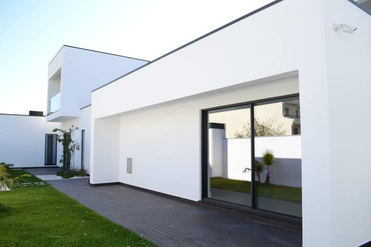 Casa da Patela: Casas  por doisarquitectos . Alexandre e Costa