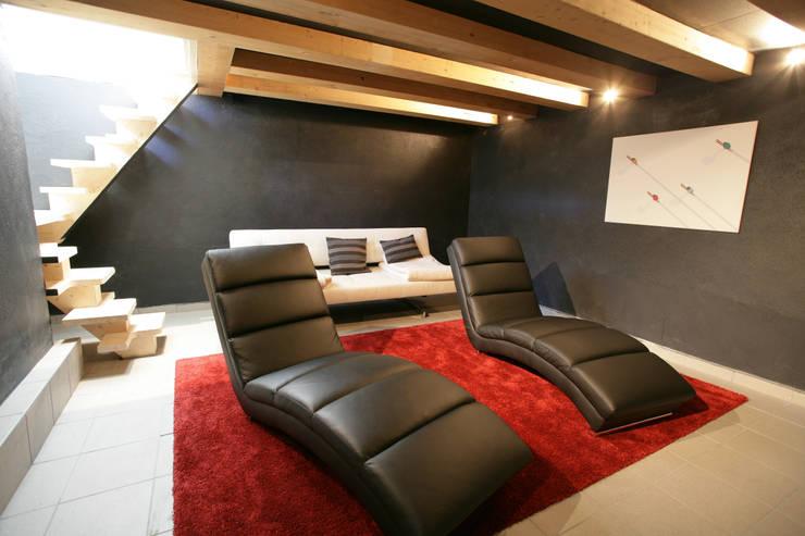 Chalet Piolet: Salle multimédia de style  par Chevallier Architectes