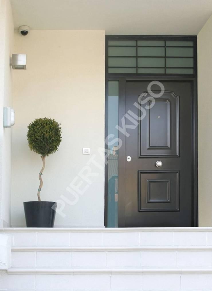 PUERTA MONTANTE 2: Puertas y ventanas de estilo  de PUERTAS KIUSO