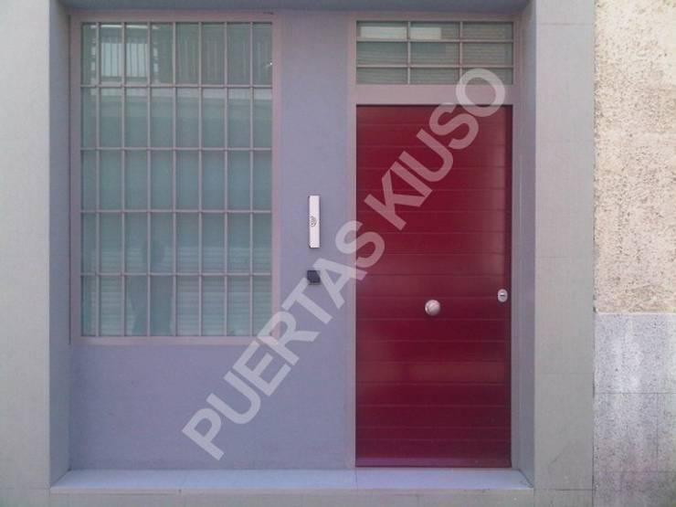 PUERTA MONTANTE 5: Puertas y ventanas de estilo  de PUERTAS KIUSO