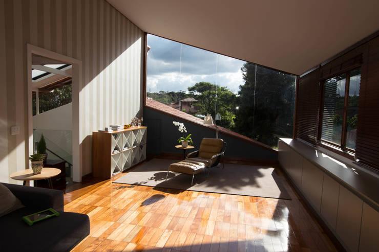 Salas multimedia de estilo rural por Mutabile