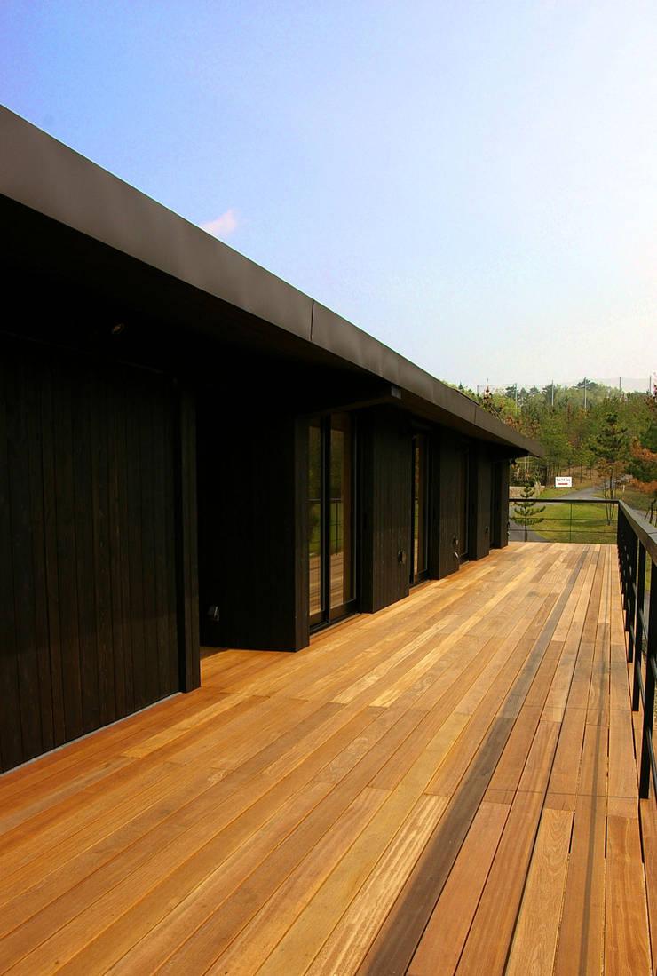 兵庫県佐用町の別荘: 一級建築士事務所アールタイプが手掛けたテラス・ベランダです。