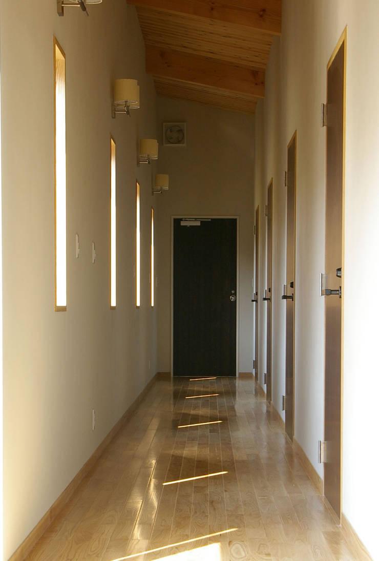 兵庫県佐用町の別荘: 一級建築士事務所アールタイプが手掛けた廊下 & 玄関です。