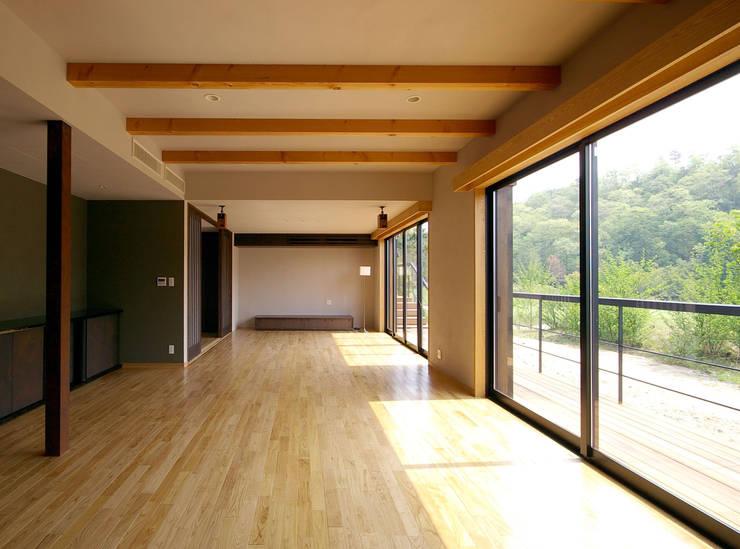 兵庫県佐用町の別荘: 一級建築士事務所アールタイプが手掛けたリビングです。