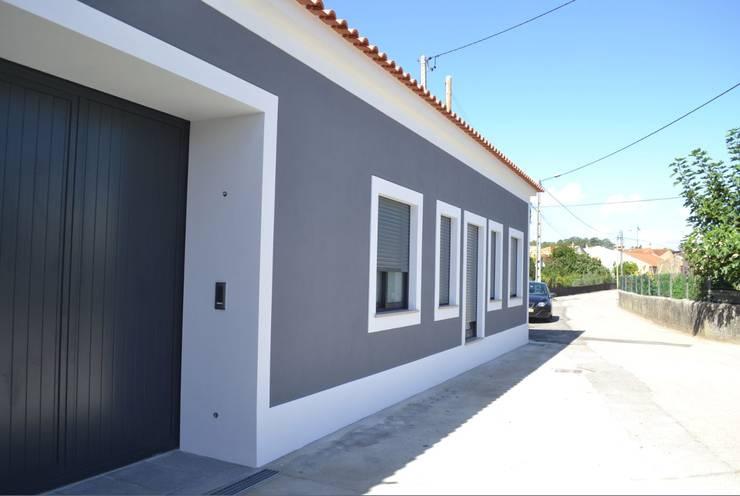 Casa Duarte: Casas  por doisarquitectos . Alexandre e Costa
