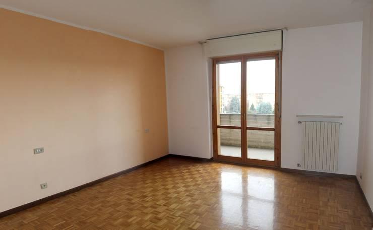 Camera matrimoniale prima:  in stile  di EMOTIONAL HOME di Ramona Abis