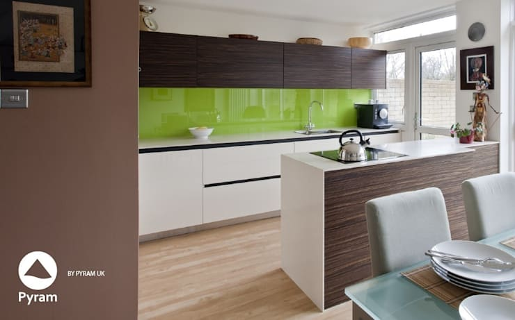Small open plan house:  Kitchen by Pyram, Modern