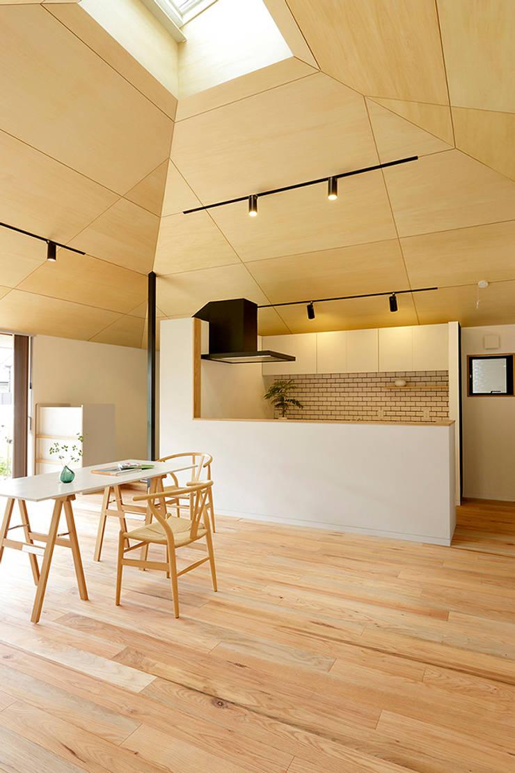 大きな屋根のいえ: miyukidesignが手掛けたダイニングです。