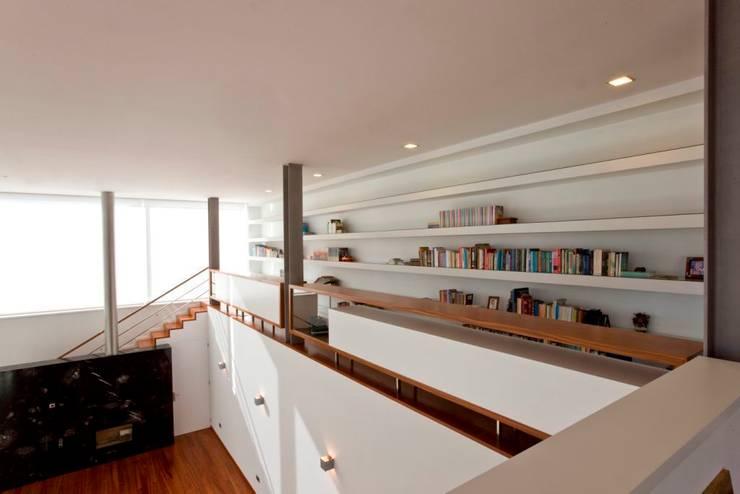Couloir et hall d'entrée de style  par Atelier Lopes da Costa