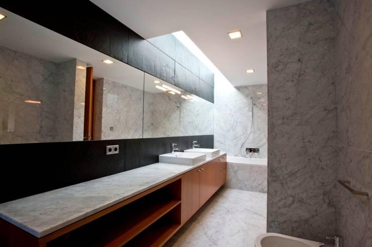 Salle de bains de style  par Atelier Lopes da Costa