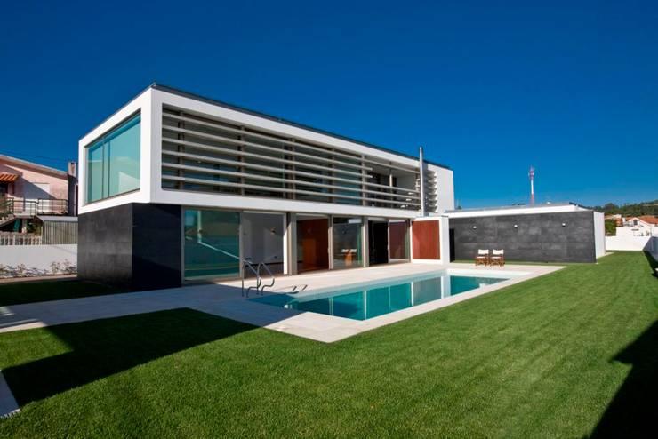 Casa SG: Casas  por Atelier Lopes da Costa