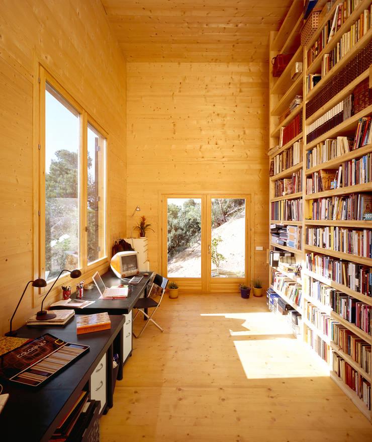 Casa 205: Casas de estilo  de HARQUITECTES