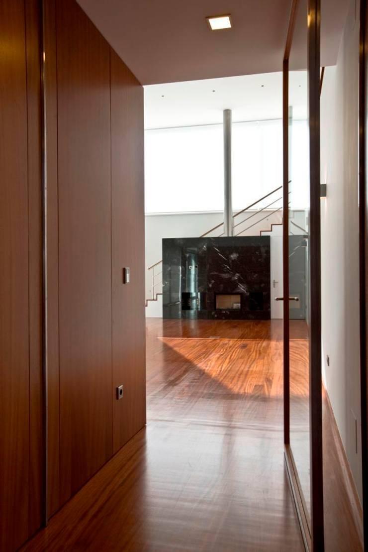 Casa SG: Corredores e halls de entrada  por Atelier Lopes da Costa