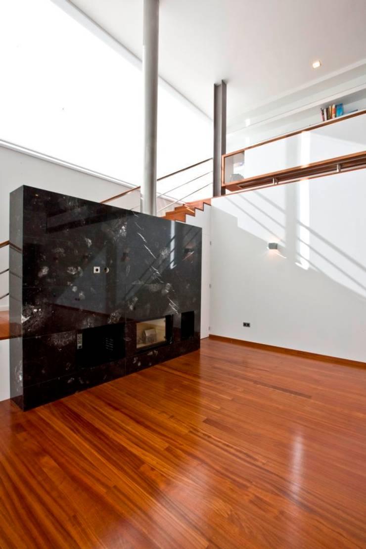 Casa SG: Salas de estar  por Atelier Lopes da Costa