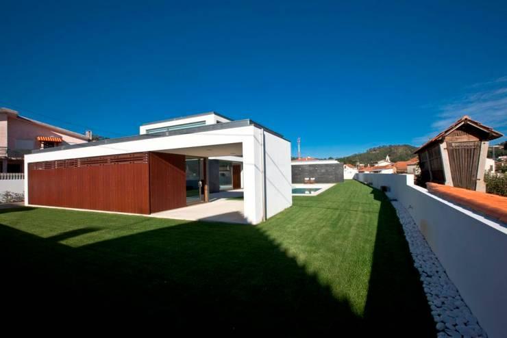 Maisons de style  par Atelier Lopes da Costa