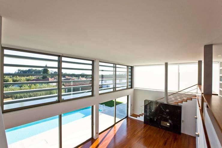 Casa SG: Salas de estar modernas por Atelier Lopes da Costa