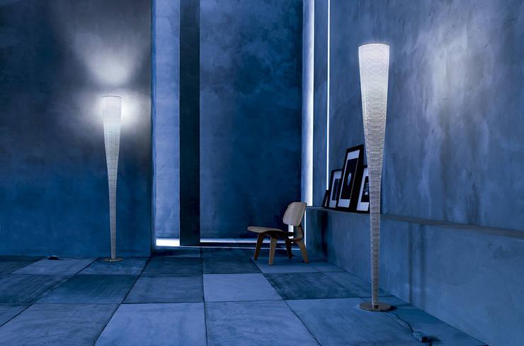 Lámpara Mite de Foscarini: Salones de estilo moderno de XETAI ALTZARIAK