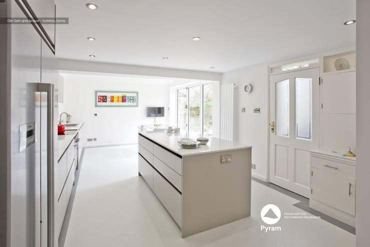 Handleless kitchen in light grey:  Houses by Pyram, Modern