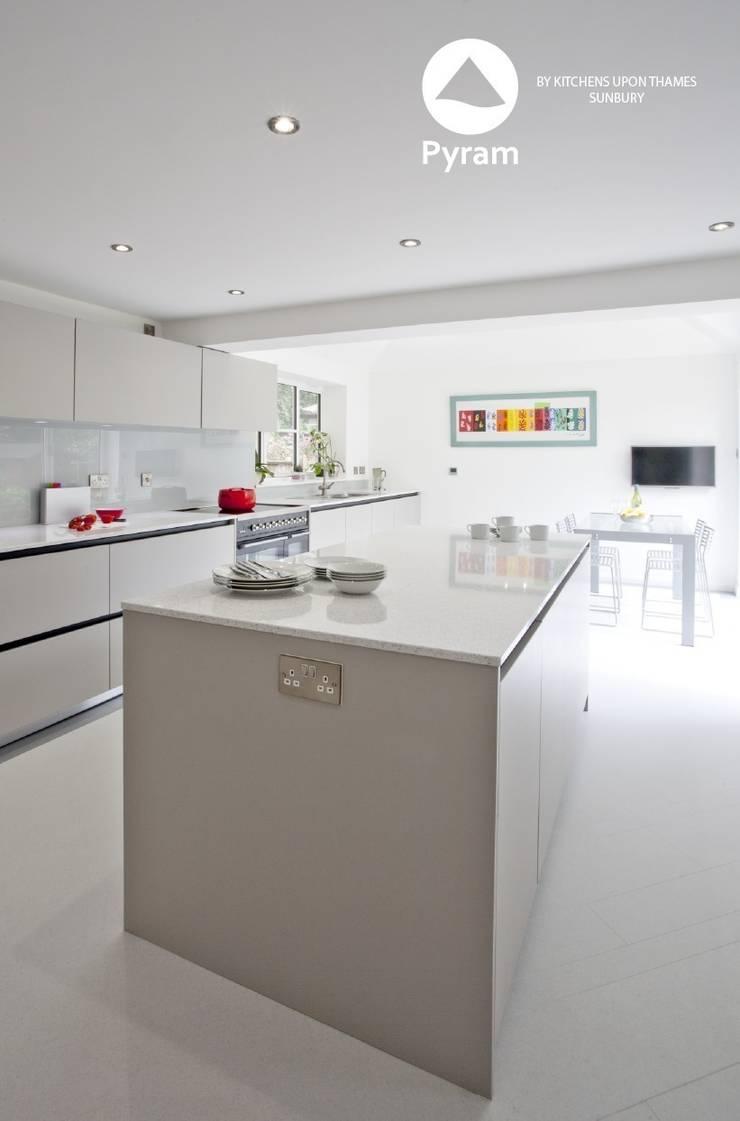 Handleless kitchen in light grey:  Kitchen by Pyram, Modern