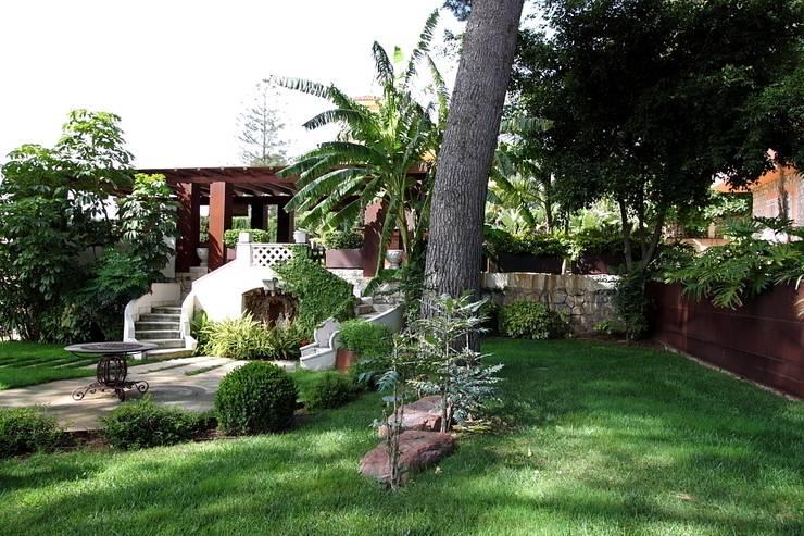 Cor - Ten Garden: Jardines de estilo mediterráneo de Estudio de paisajismo 2R PAISAJE