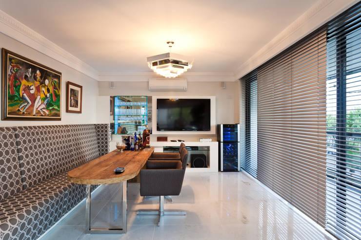 Apto Avenida Beiramar: Salas de estar  por Mantovani e Rita Arquitetura,Moderno