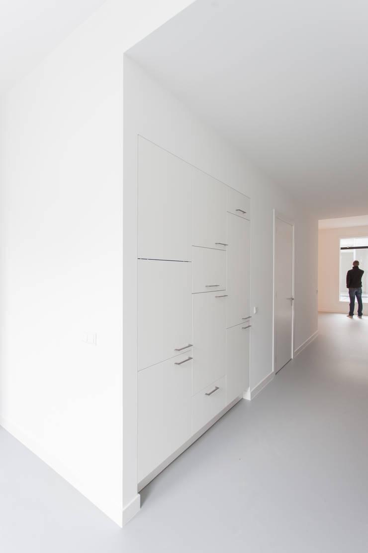 Cozinhas minimalistas por architectenbureau Huib Koman (abHK) Minimalista